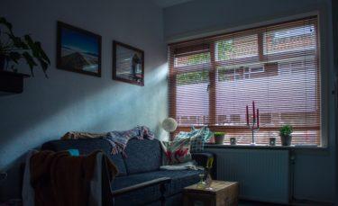 【画像解説】穴あけ不要!賃貸カーテンレールに木製ブラインドカーテンを取り付ける方法